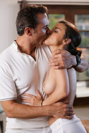 Babes Kissing Pics